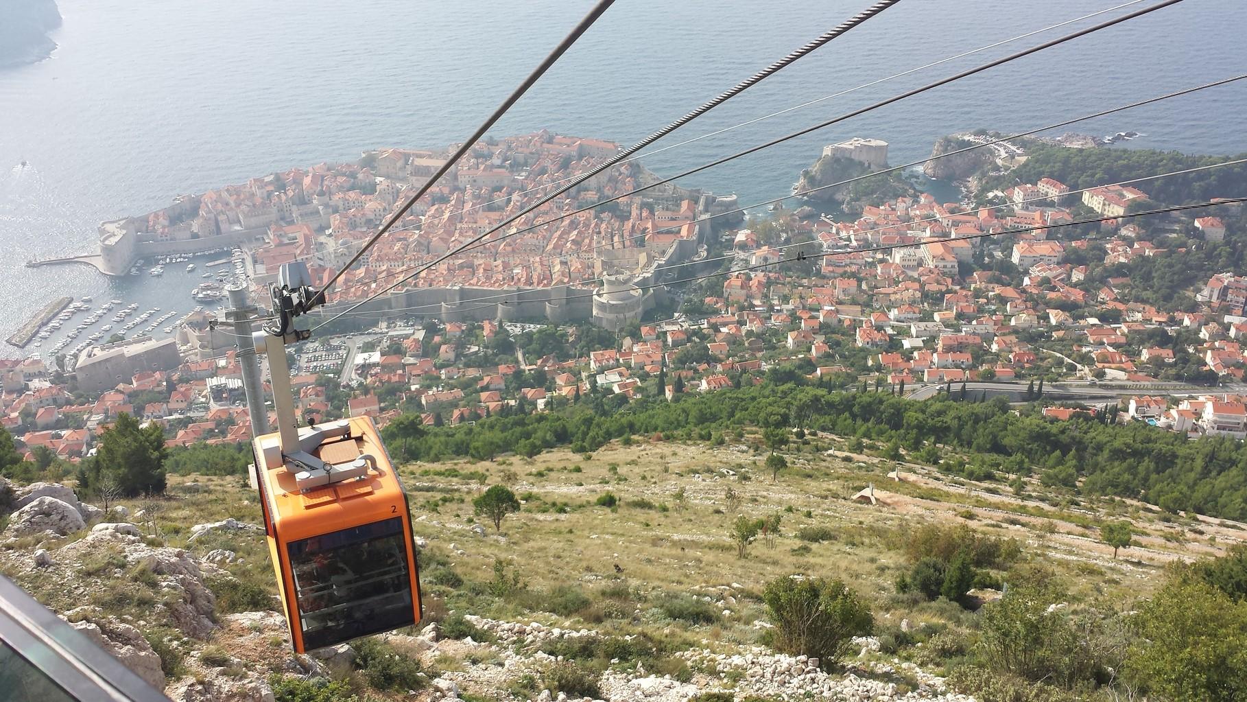 Cable Car auf den Berg Srd hinauf