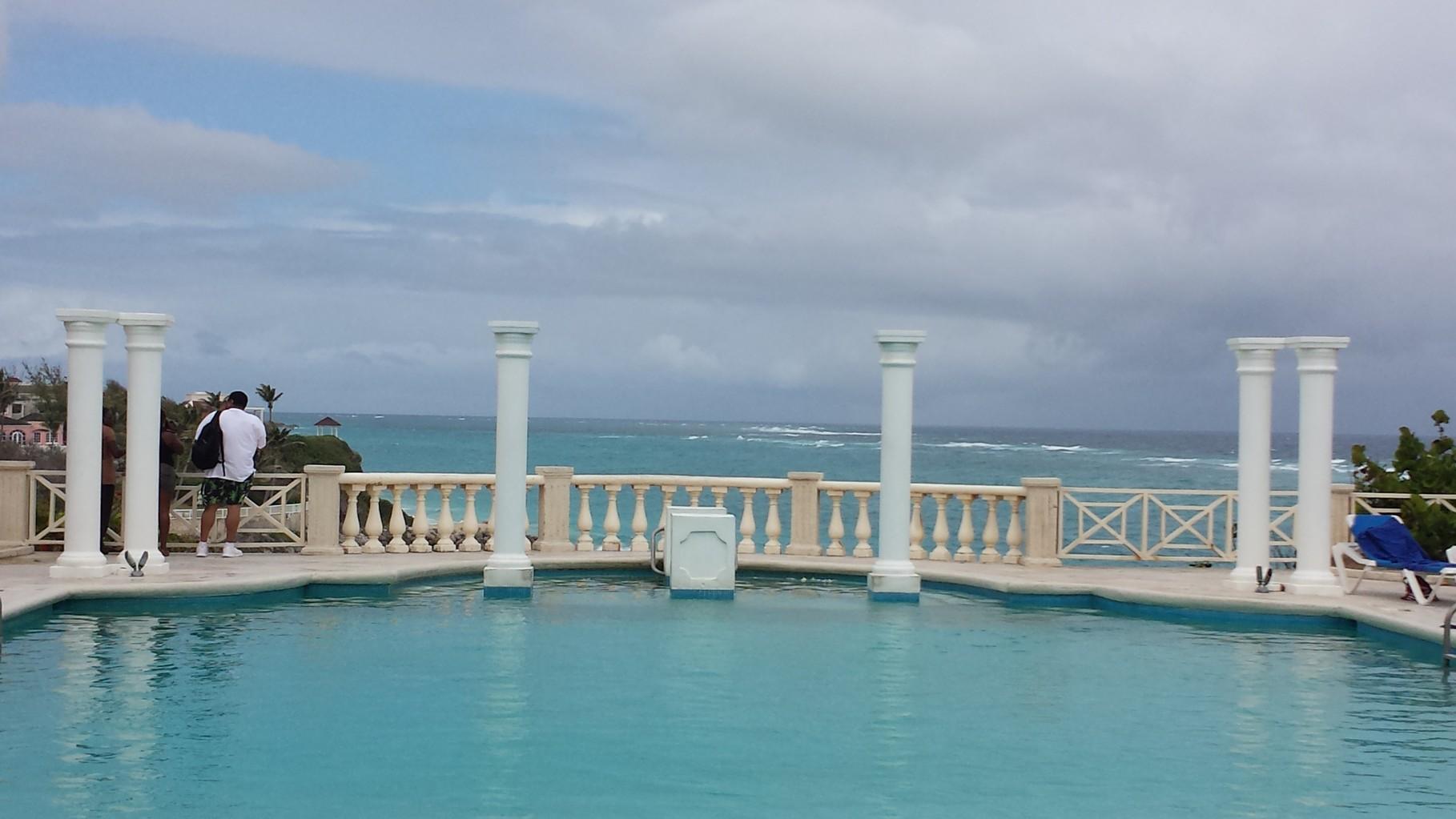 Pool vom Crane Beach Hotel
