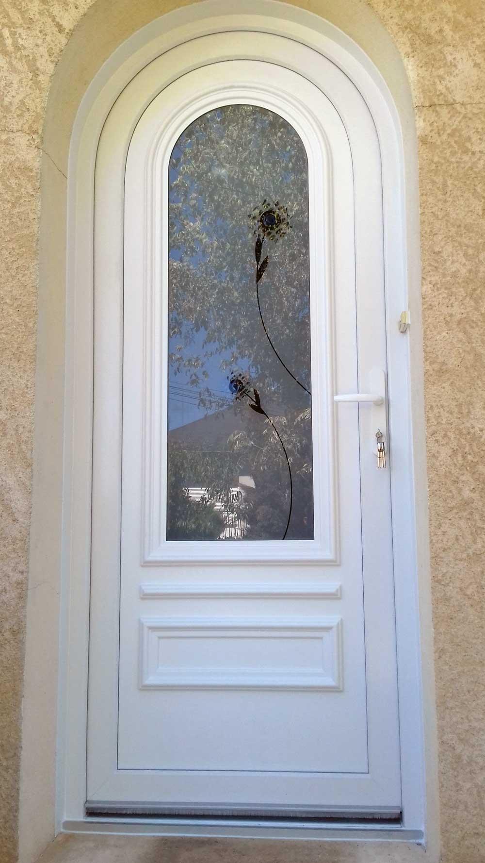 Porte Entrée PVC Blanc cintrée Lauvie Menuiserie vitrage décoratif, soubassement