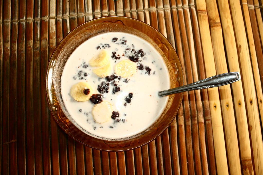 Das Fruehstueck: Schwarzer Reispudding mit Banane. War ganz lecker. Trotzdem sind uns die Fruehstueckssemmeln in Dtl. lieber!!!! :)
