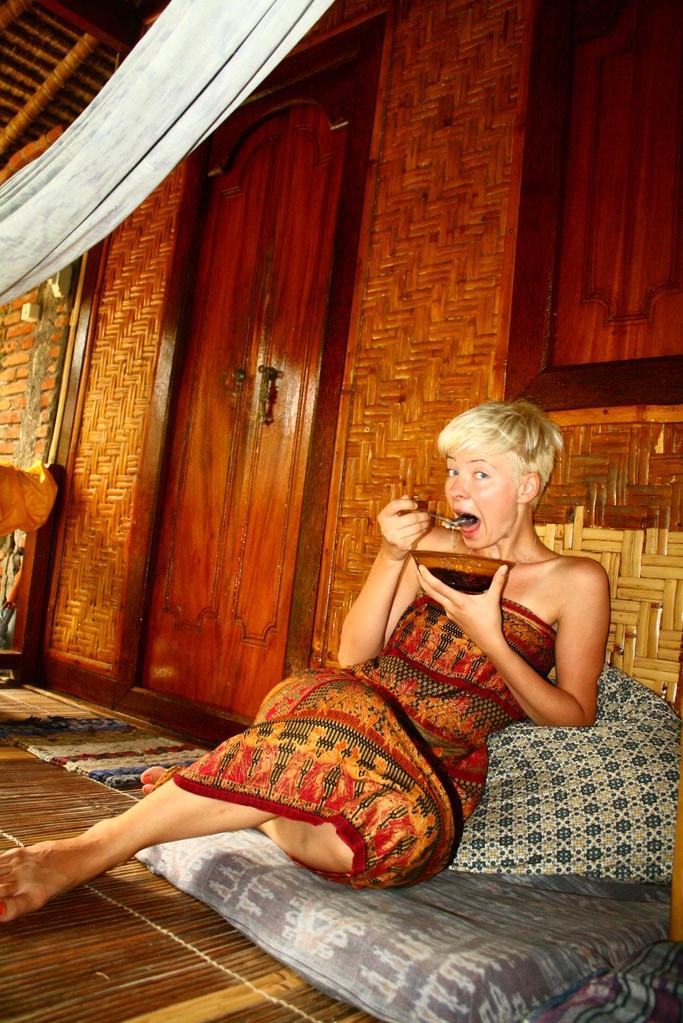 Katti in tratitionellen Sarong. Man traegt ihn als Frau eigentlich um die Hueften, Aber es war so frueh am morgen immer ganz praktisch. ;)