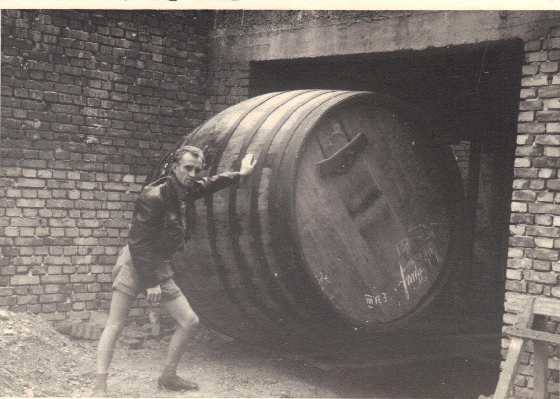 Lieferung eines neuen Holzfasses in den 1960ern