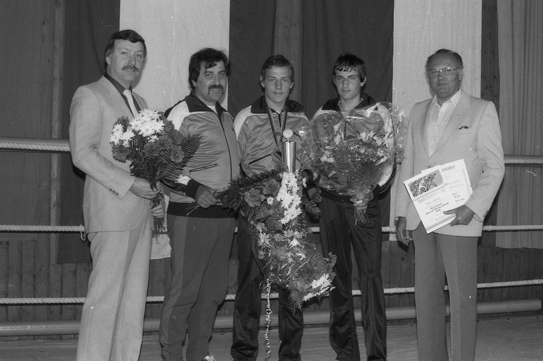 v.l. Guido Glück, 2.Vors., Trainer Giovanni Caruso, Roberto Caruso, Deutscher Jugendmeister,Tino Caruso,Hess.Juendm. Willi Kark, 1.Vors.