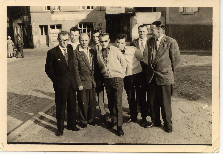 Heinrich Sommer mit Sonnenbrille, links davon Vater Ph.Sommer,sen., rechts davon K.H.Neske