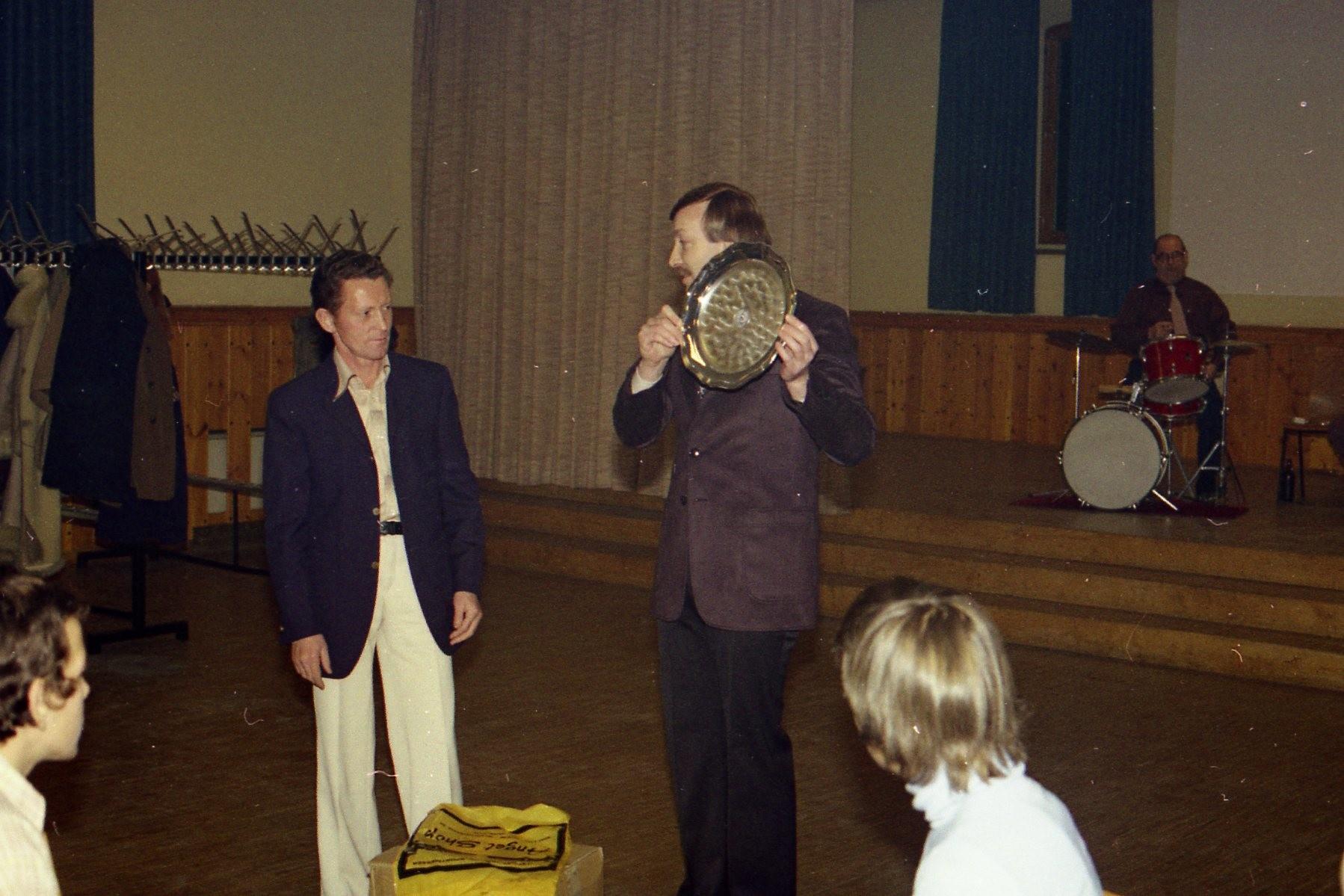 2.Vors. Guido Glück ehrt Rudi Moos für seinen 2. Platz bei den Deutschen Meisterschaften 1971 in Kiel