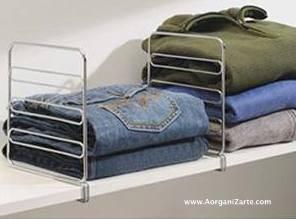 Evita que las pilas de ropa se desplomen. Estos divisores de balda son de La Botiga de Casa - www.AorganiZarte.com