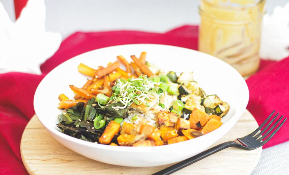 Miso-Bowl mit Gemüse, Reis und Hühnerfleisch