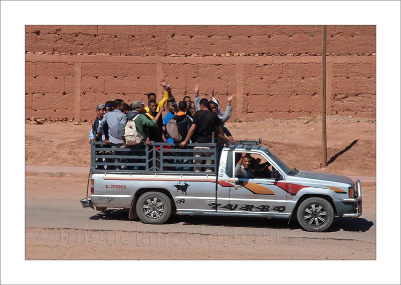 Marruecos, fotografía de viajes, casas de adobe, furgoneta, forofos, aficionados, fútbol