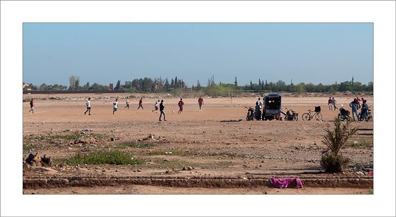 Marruecos, partido de fútbol, fotografía de viajes, strreet photograph, fotografía callejera, chicos