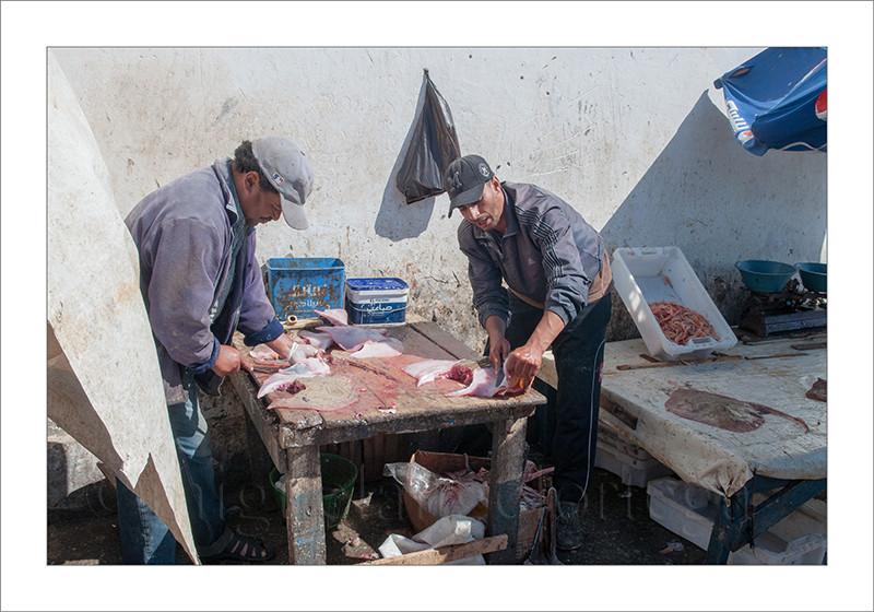 Marruecos, Essaouira, pescado, pescador, pescadero, limpiando el pescado, peces, mercado, venta, turismo, fotografía de viajes, fotografía callejera, treet photograph