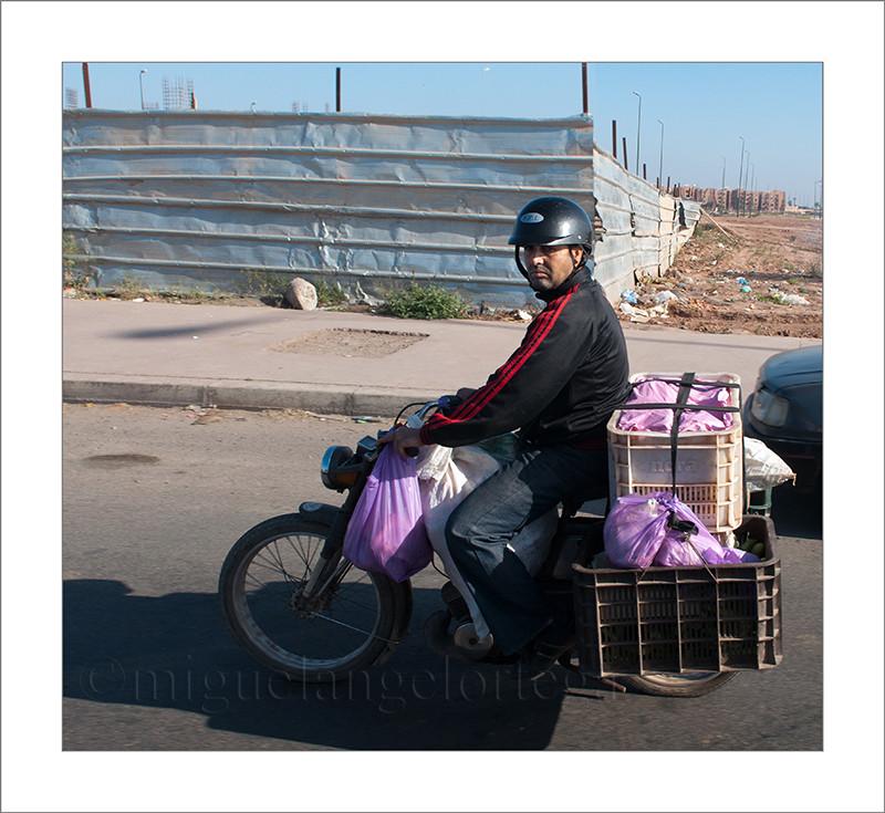 Marruecos, Ashila, moto, transporte en moto, equipaje, cajas, bolsas, fotografia de viajes, fotografía callejera, street photograph