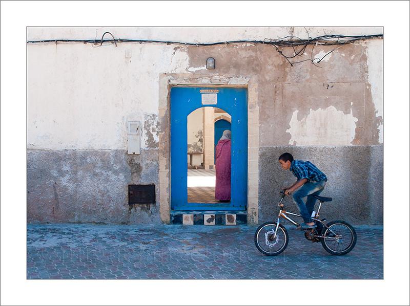 Marruecos, Essaouira, ciclista, fotografía calljera, street photograph, turismo, fotografía de viajes, ciudad, ciudad vieja, cables