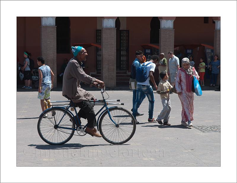 Marruecos, Marrakech, bicicleta, muletas, hombre con muletas, bicicleta, transporte tradicional, fotografía de viajes, fotografía callejera, street photograph, turismo