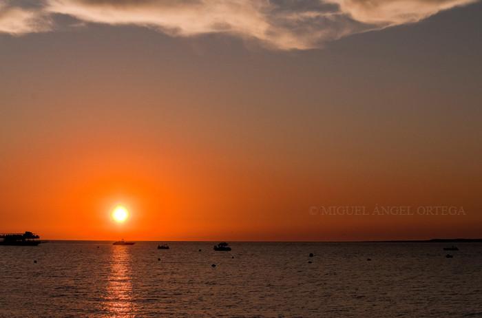 Los folletos turísticos venden el atardecer de Sanlúcar como el más bello del mundo. Muchlo creen posible y, cuando terminan las carreras, todo el paseo marítimo se llena de personas mirando hacia el horizonte, fotografiando o grabando con vídeo el ocaso