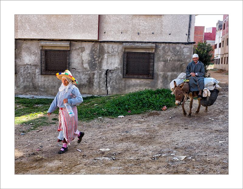 Marruecos, Ashila, hombre y mujer, mercado, burro, asno, comercio tradicional, fotografía de viajes, turismo, fotografía callejera, street photograph