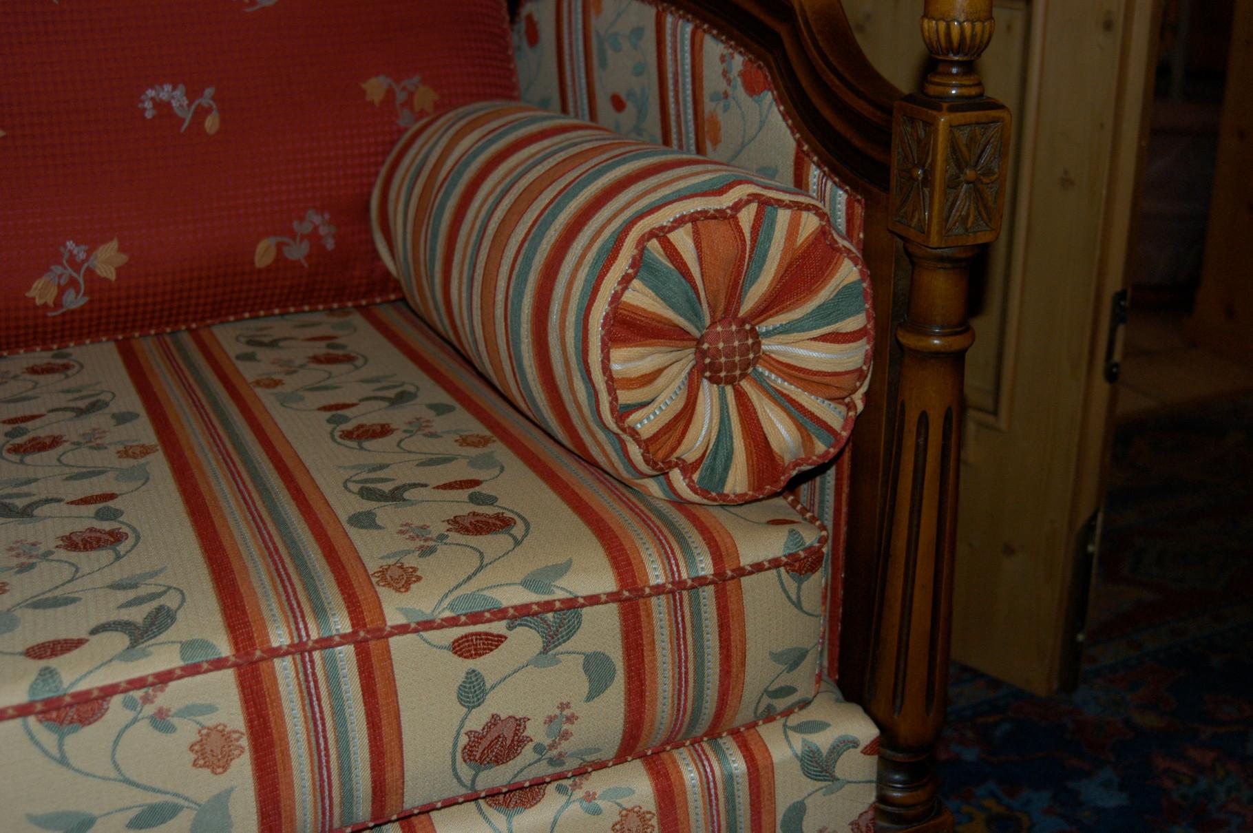 Sofa überzogen mit abgepassten Möbelstoffen Kante mit Käder