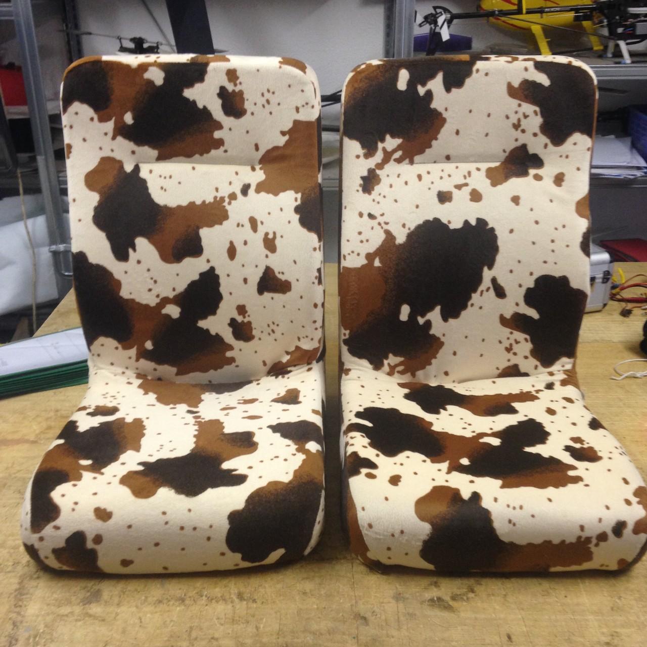 Elektrowagen-Sitze neu bezogen mit Kuhfell-Imitation
