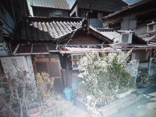 戦火を逃れた戦前の家が残っていました。