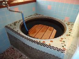 家の外から薪をくべて、どうだい湯かげんは!