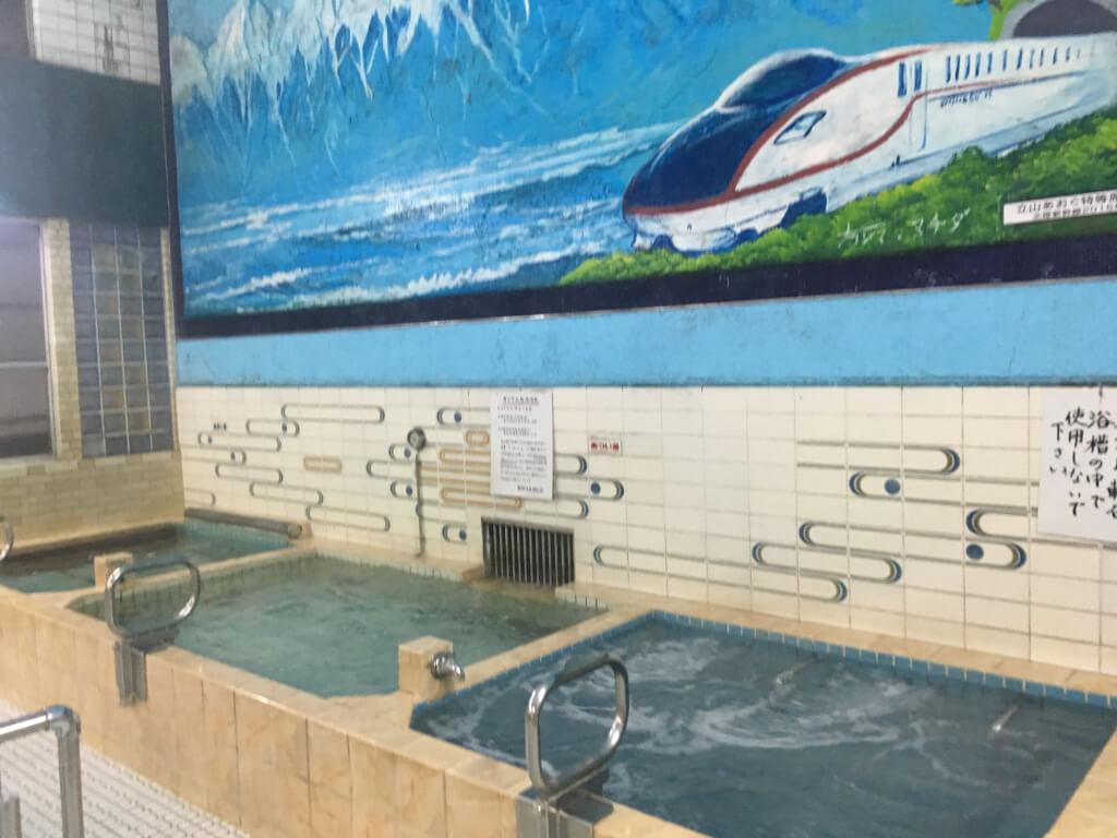 新幹線の絵が描かれた現在の銭湯