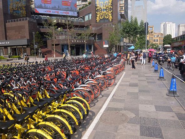 大量に並ぶシエアー自転車、中国は規模が違う