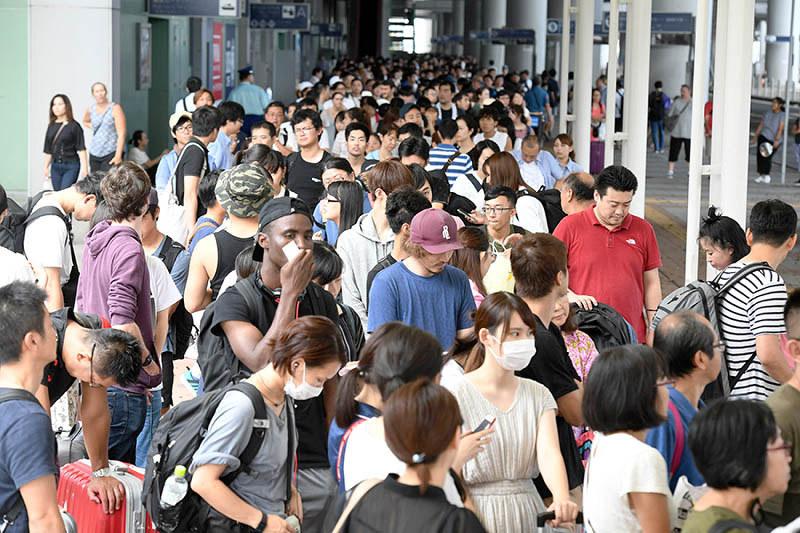 空港に取り残された7800人の脱出始まる。