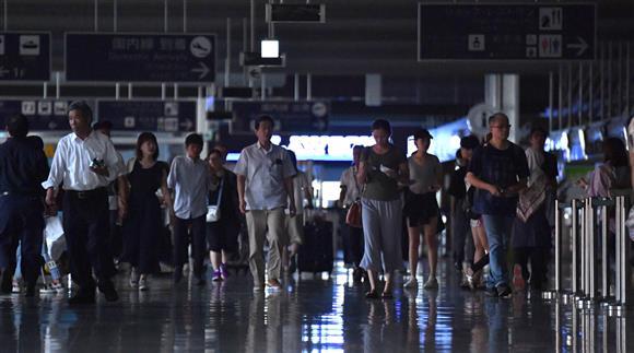 電気が消えた関西国際空港ターミナル