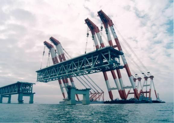 サルベージ船で吊り上げた千トンの橋桁