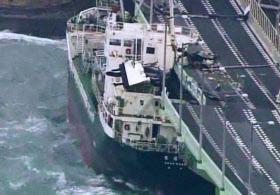 空港連絡道路に風で流されて衝突したタンカー