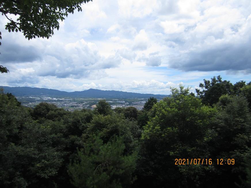 尾張戸神社(東谷山山頂)から瀬戸方面を望む