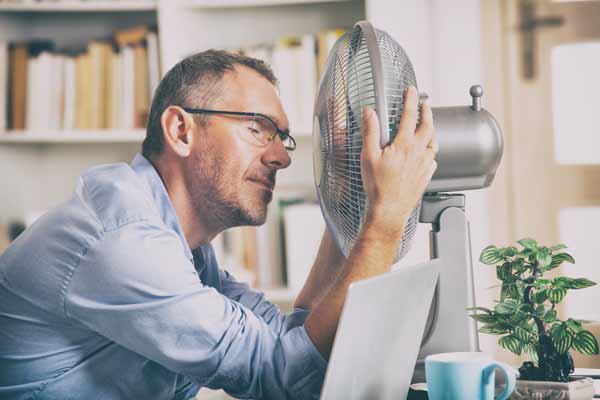 Rechtsanwalt bei Hitze im Büro - Arbeitsrecht