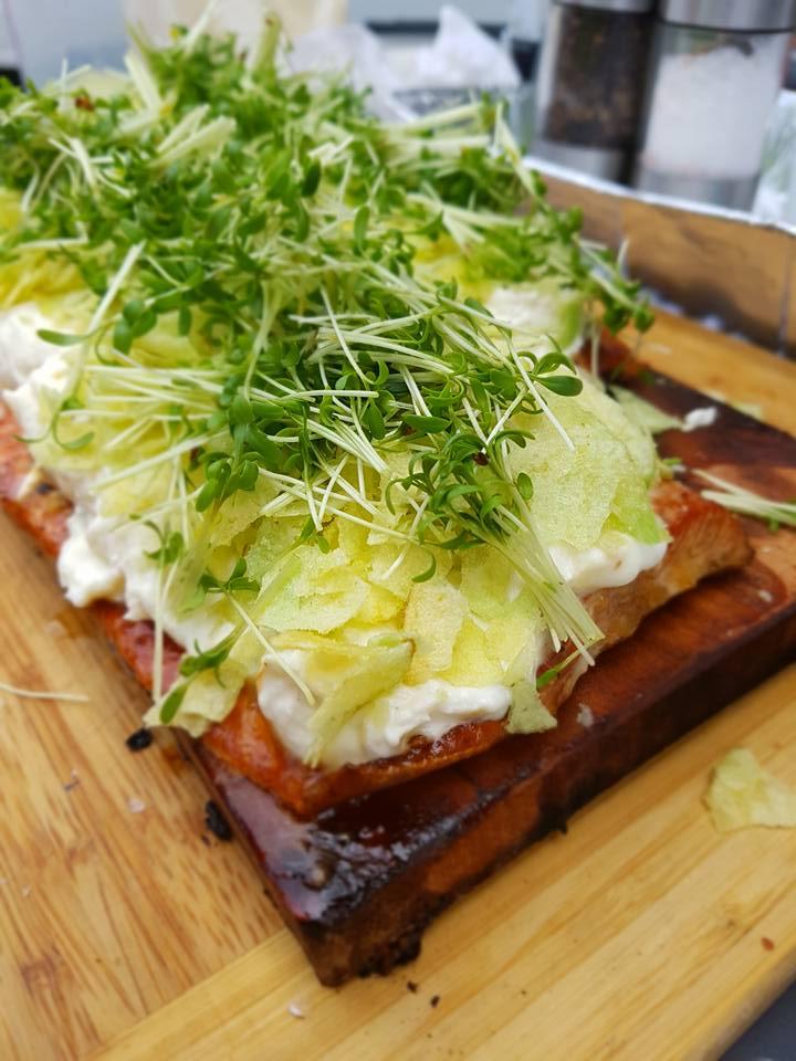 heiß geräucherter Lachs auf der Kirsch Planke mit Kren   ALE-X-BBQ