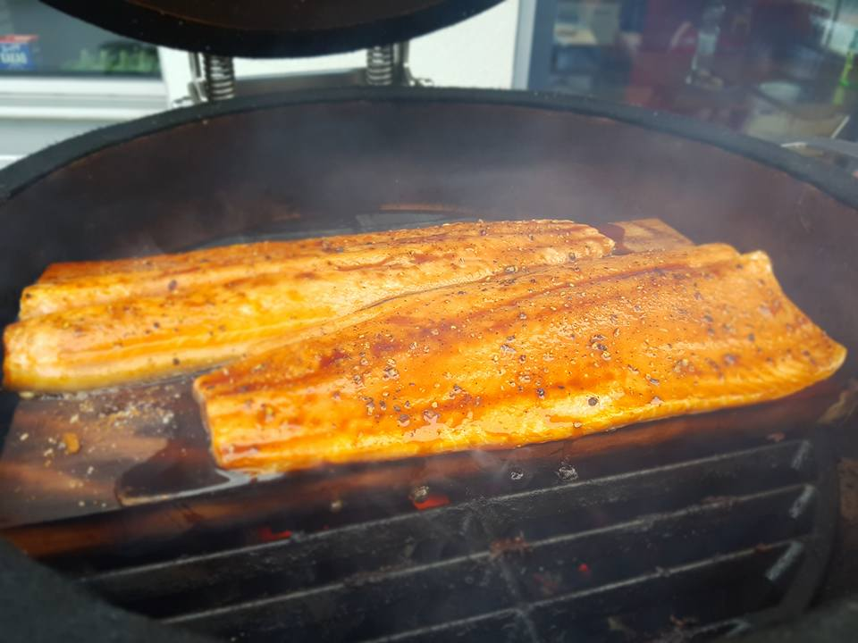 heiß geräucherter Lachs auf der Kirsch Planke  ALE-X-BBQ