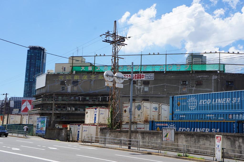 信号を渡って西側に向かって歩き、JRの貨物鉄道車庫の前を通り過ぎて