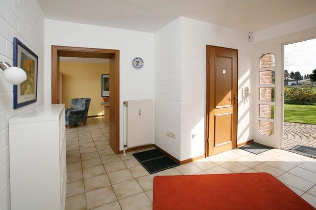 Flur mit Gäste WC und Blick zum Wohn / Esszimmer