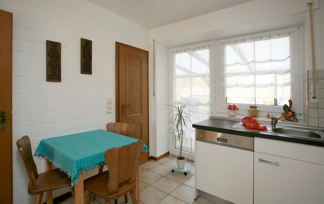 Küche mit Essbereich und Abstellraum