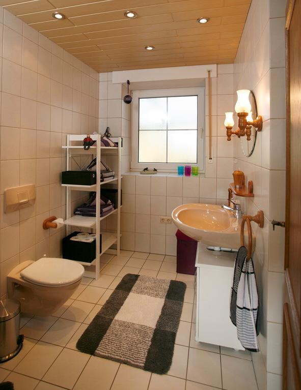 Bad mit WC, Dusche und Waschmaschine