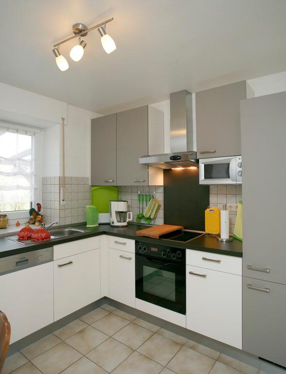 Küche mit Spülmaschine und Mircowelle