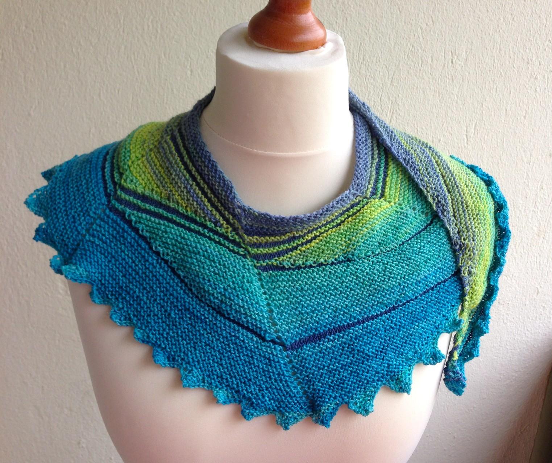 Asymmetrischer Schal aus weicher Merinowolle mit einem langen Farbverlauf von gelb bis navyblau