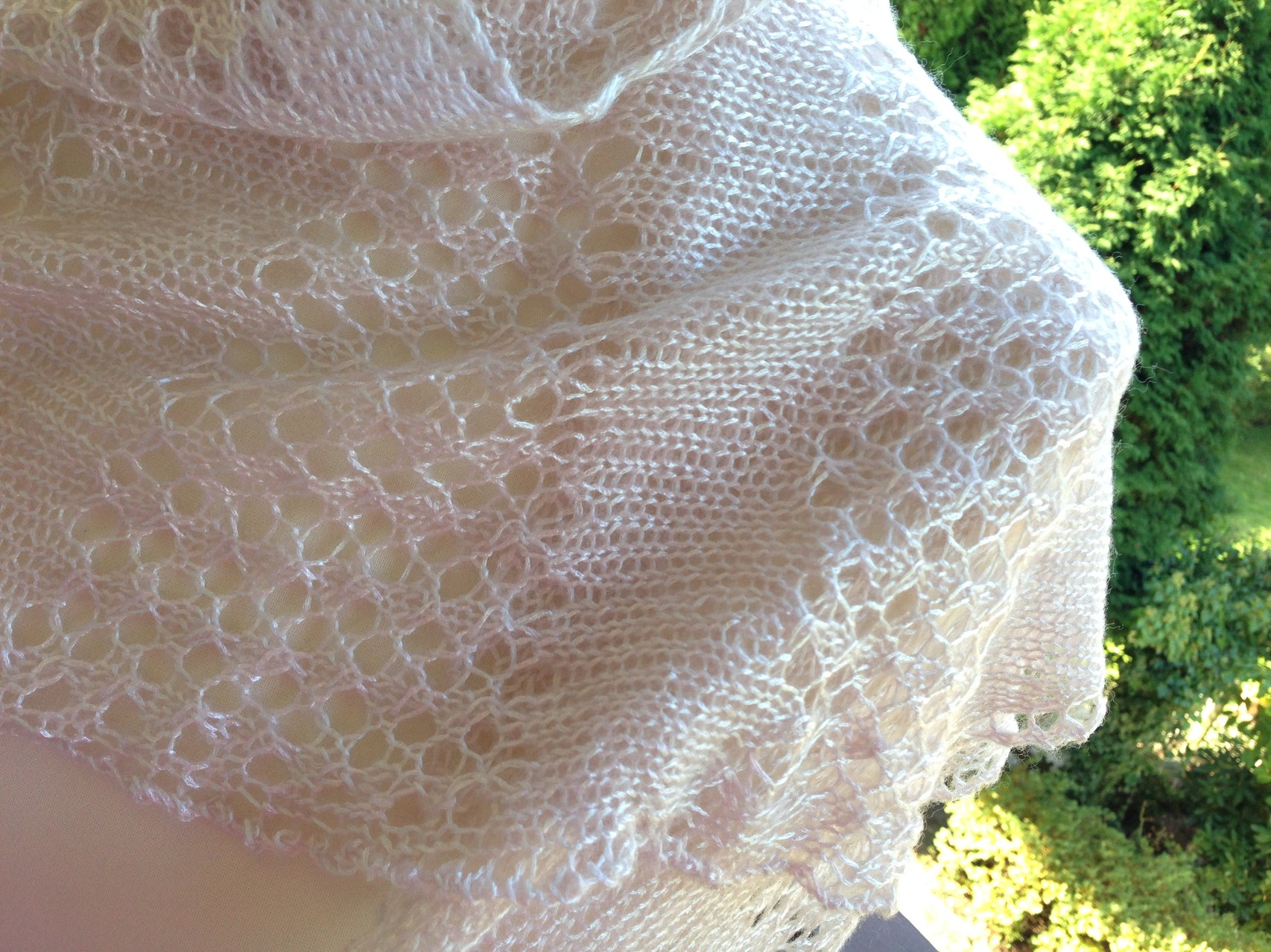 Perlmuttfarbenes Tuch aus Lace Lux Garn von Lana Grossa; Muster GaudyManie von Birgit Freyer