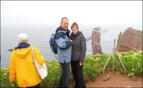 """Besuch auf Helgoland. Die """"Lange Anna"""" im Hintergrund"""