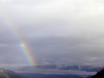 Regenbogen in den Walliser Bergen.