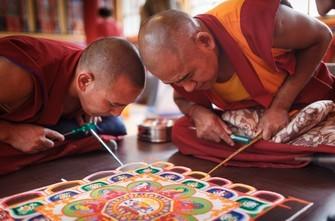 Tibetische Mönche erstellen ein Sand-Mandala