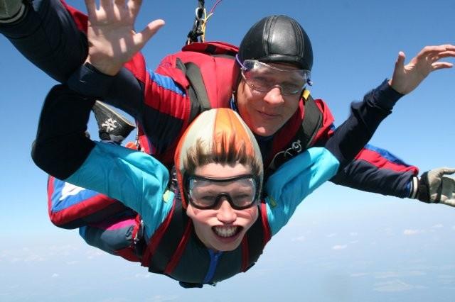 А это старший ребенок совершает в 13-й День рождения первый прыжок с парашютом