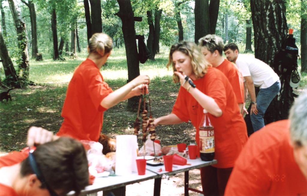 Девушки готовят стол для обеда участников