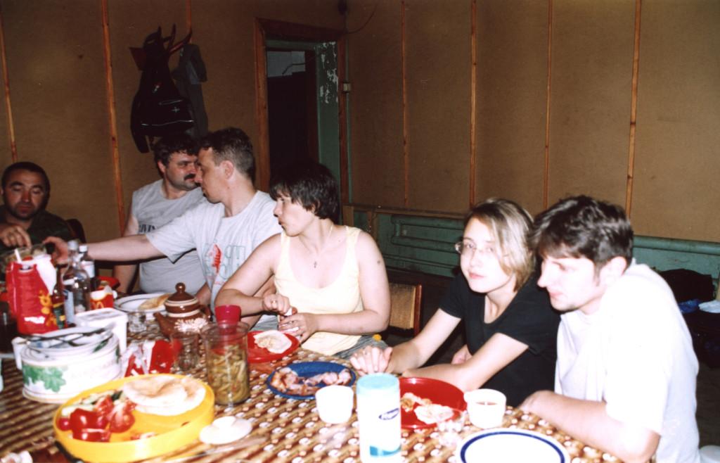 По мере прибытия москвичей еды на столах все прибавлялось и прибавлялось