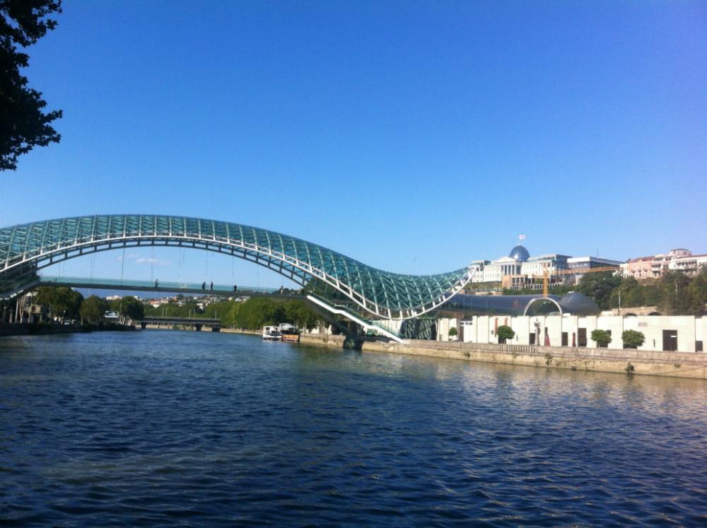 Friedensbrücke über die Kura