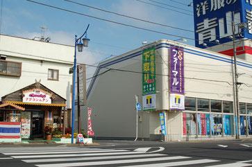 1)三休の道を挟んだ左斜め前の洋服の青山さんと  タイレストラン「クワコンムアン」さんの間の道を入ります。