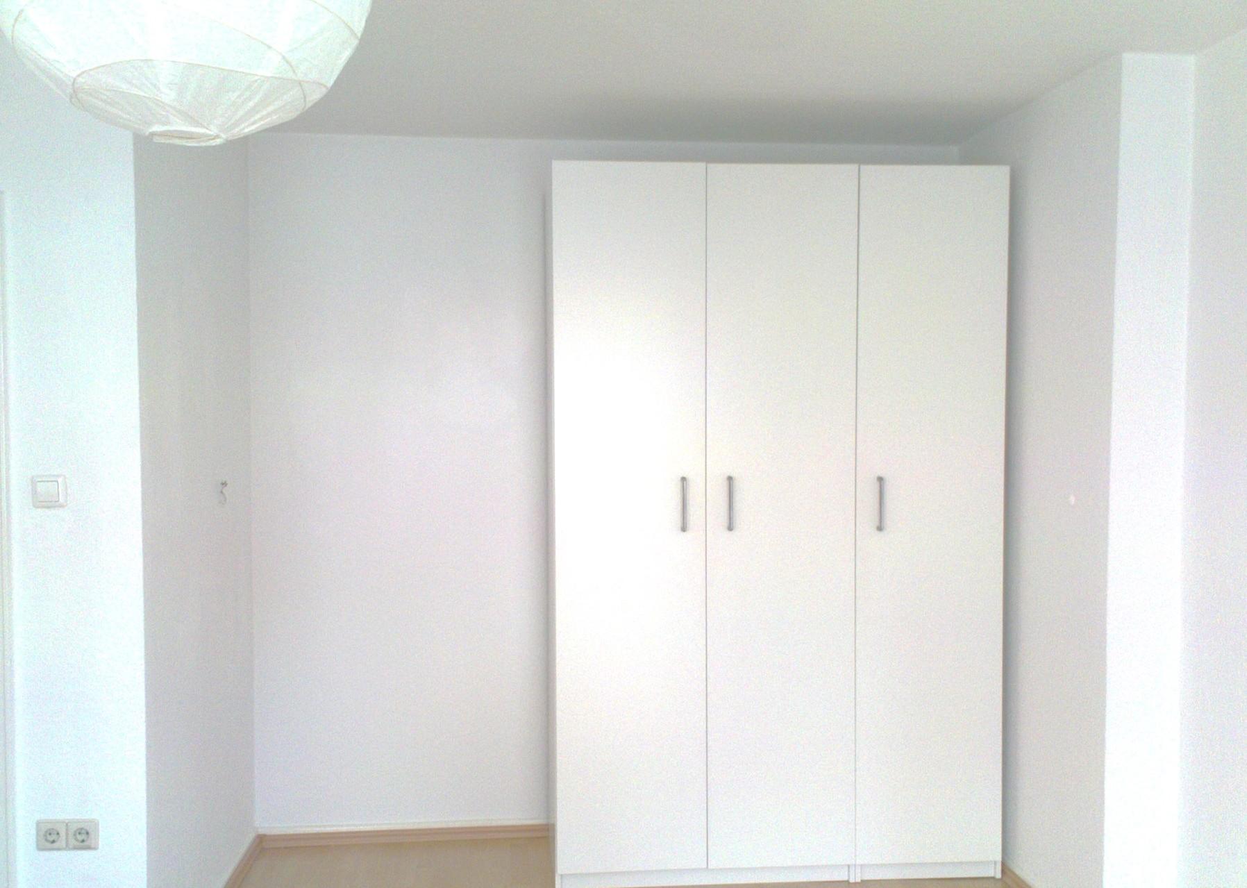 Laminatverlegung und schön gestrichene Wände im Rahmen einer Wohnungsrenovierung
