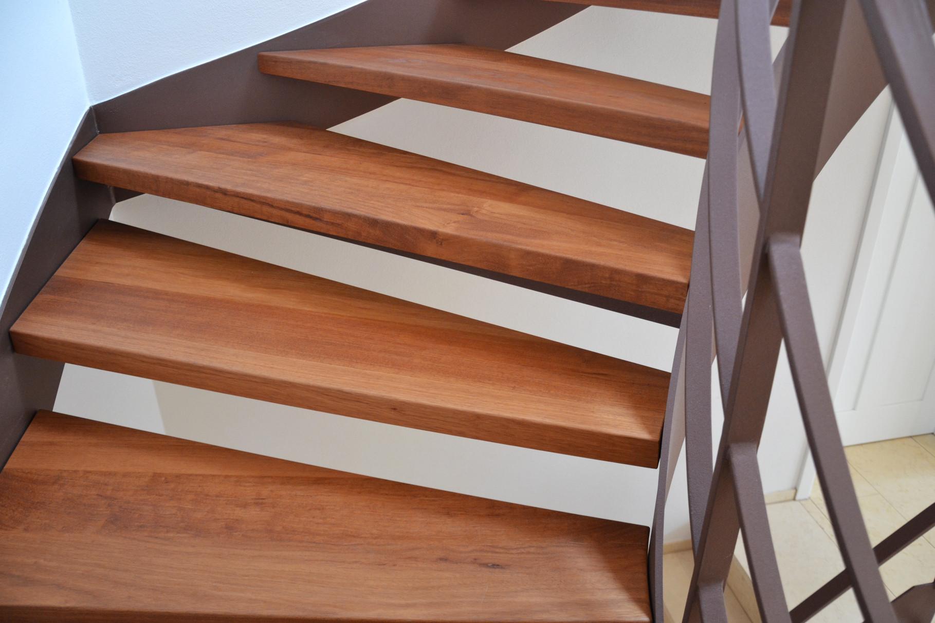 Holzstufen aus Doussie (Edelkirsch)